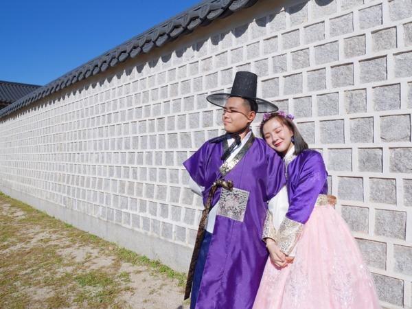 男朋友在這兒☺️附上四週年之旅的韓服照💜 這間韓服超美 而且店員都台灣人(應該吧🤣)  不過景福