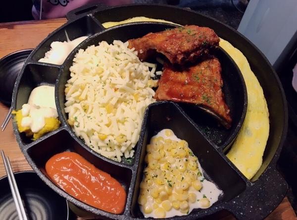 #韓國 #弘大商圈 #詹姆士豬肋排  雖然臺灣現在也有囉 但在韓國吃起來比較不一樣啦😂😂 這間店