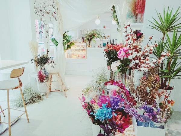 浪漫的少女心♥身為大理石控和花控的女孩們,絕不能錯過這間咖啡廳!靜謐在巷子裡的白色花藝(原:白色鯨魚