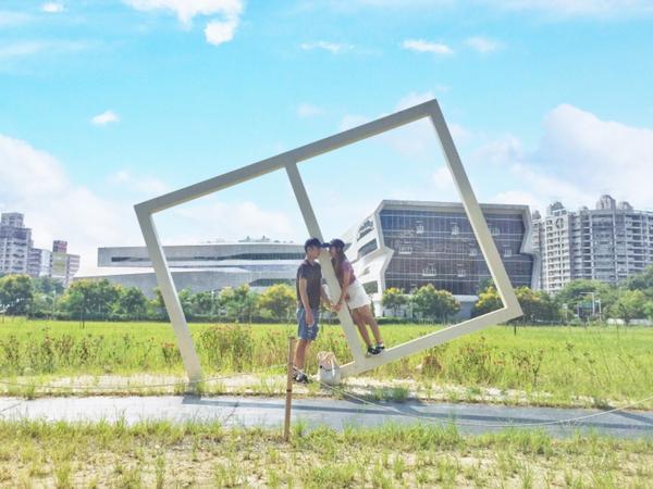 台中國立公共資訊圖書館📖🏢 圖書館外面的造景,就是一個框框,不要把它想的太好看哈哈 (台中南區,