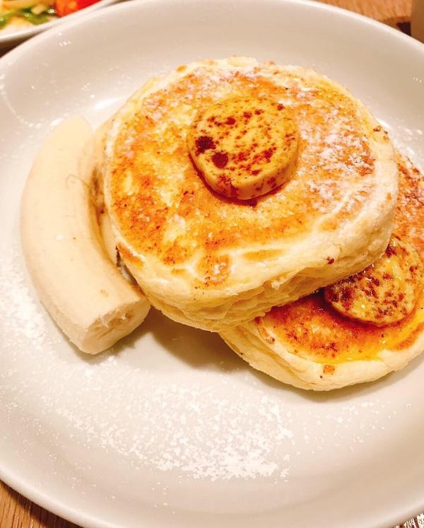 嚐嚐被紐約時報評選為世界最好吃的鬆餅Bills 這次選擇的是位在横浜赤レンガ倉庫店  點了一份香蕉鬆