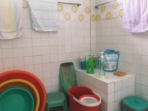 奶奶家的浴室🛀 以前這種傳統的裝潢和配色,越來越少見了! 真的很喜歡這種充滿回憶的小角落📷