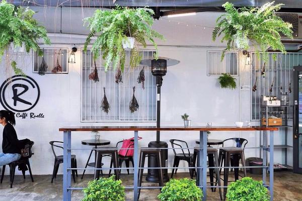 【Caffe Ruelle】 以開放的半露天空間、相對平實的價格,帶著清新且友善的姿態,歡迎路過的客