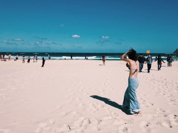 在雪梨的邦迪海灘14度的氣溫吹著大概10度的海風,我必須做一件非常有意義的事情並且記錄這一刻。 -畢
