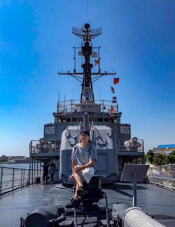 雖然海面顛簸,但我會在船艏引領妳走向未來。 ▪️定情碼頭德陽艦園區 ▪️台南市安平區安億路115號