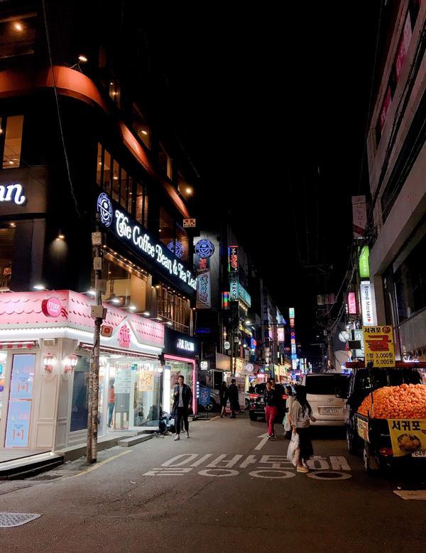 #韓國🇰🇷弘大💕 這邊的夜生活好像很豐富 住在這邊超級方便地下是地鐵🚇 出來外面就是商圈❤️