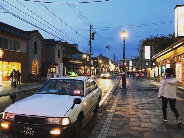 小樽 晚上的小樽也蠻有味道的 漫步在這靜謐的路上充滿藝術的建築 搭配紅葉 很美 而且小樽的啤酒很好喝