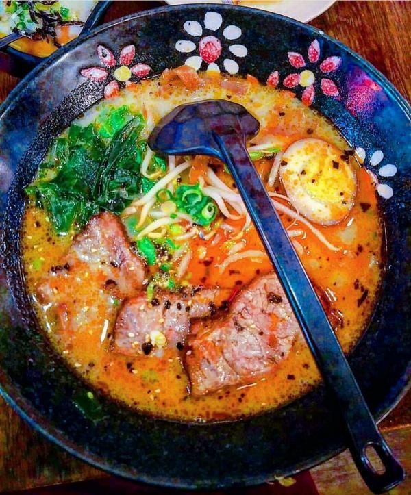 🍴滿來溫泉拉麵 很多觀光客會去吃的拉麵 整體來說普通 這家湯頭沒那麼濃 不過肉蠻厚的~ #台北 #