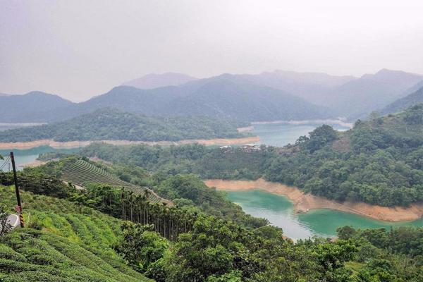 【千島湖】 石碇的千島湖近年來越來越廣為人知,雖已不再是秘境,但風景依舊引人入勝,翠綠的山巒層層交錯