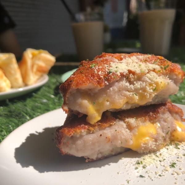 #台中美食 #魚吃土 上次晃到這家早午餐,發現很多人排隊就跟著排~ 這個「芋泥可樂餅」超神的😍