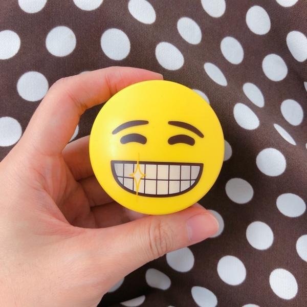 今天剛好有帶在身上 這個emoji蜜粉是朋友去韓國玩送我的 蜜粉真的很好用 特別是懶得洗頭的時候😂