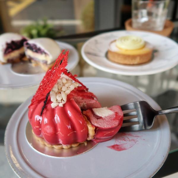 ㄩㄐ吃江子翠站自由式甜點  尋覓到江子翠站附近的甜點店,不僅精緻又有巧思,塔類固定販售慕斯類每一個月