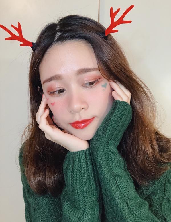 好想快點聖誕節🎄 於是心血來潮在臉上提前過了~  會有人想看妝容分享咪😘😘😘 沒有鹿角的造型