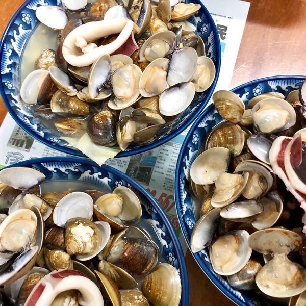 這是中壢傳說中的海鮮麵,用料豪邁到不行,滿滿的蛤蠣吸引大批的人朝聖,麵條的份量也很多,湯頭很鮮甜!�