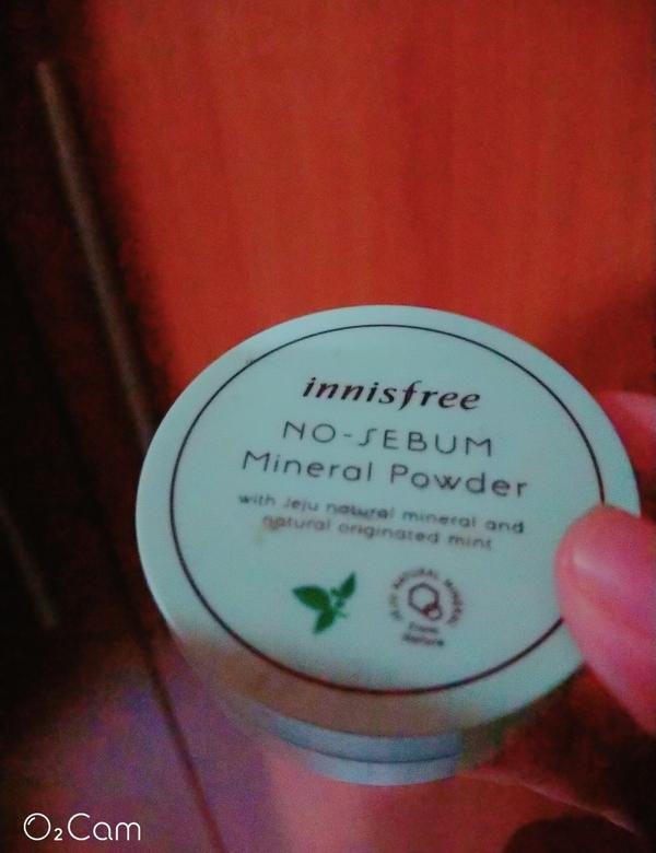 這款綠盒礦物蜜粉可以說是innisfree必買聖物之一 也是我最愛的產品♥ 控油很可以 又不會讓臉變
