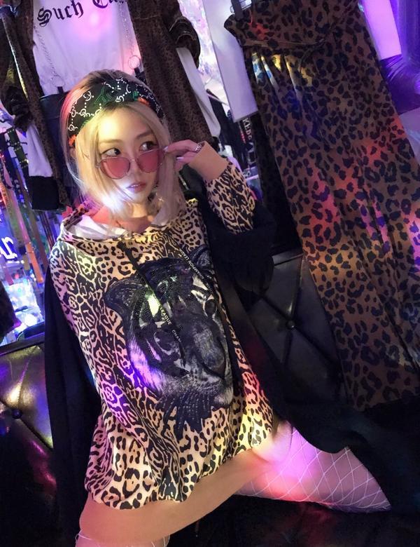 🐆豹紋沒想像中的我不敢穿啦!就ㄧ件豹紋帽踢 套上去 走出門 難在那! 最簡單的就是用 「帽踢」 年