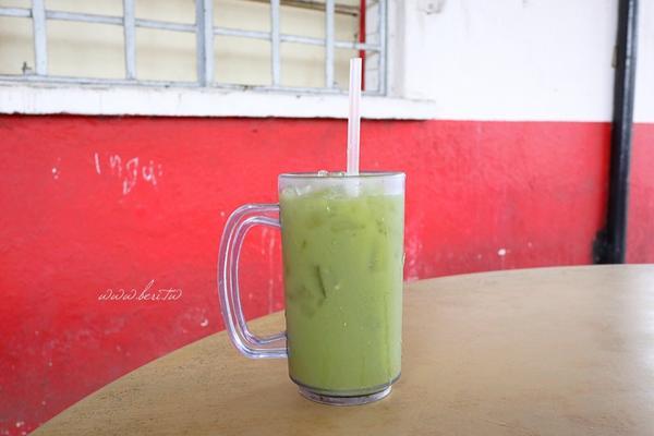 馬來西亞酷酷的果汁在馬來西亞 新山喝到一杯很好喝的果汁 是攤販老闆娘推薦的  端上來的時候以為是抹茶