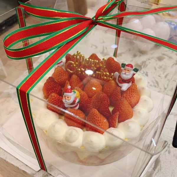 自己做的聖誕蛋糕🎂😋一大早起床去市場買新鮮草莓🍓回家做草莓滿滿的聖誕蛋糕🍰 第一次用家裡的烤