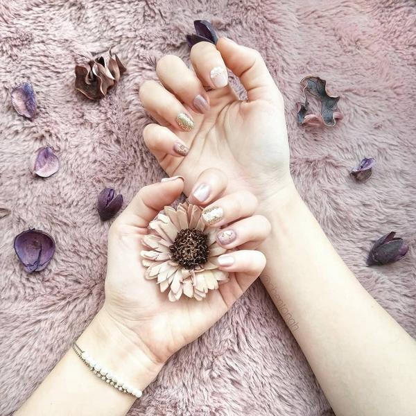 粉裸風格光療💅 過年嘗試了完全沒有做過的氣質款😆 做完覺得不是我的手哈哈哈哈 還貼了珠珠🤣 但