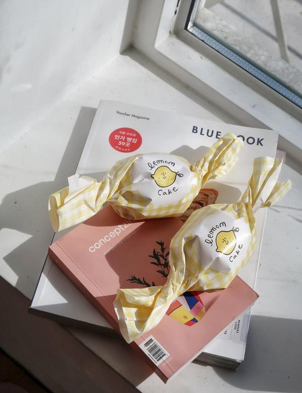 韓國 Cafe Skön  被燒到超可愛的檸檬蛋糕,都是當天現烤製作出來的,除了蛋糕以外還有一款巧克