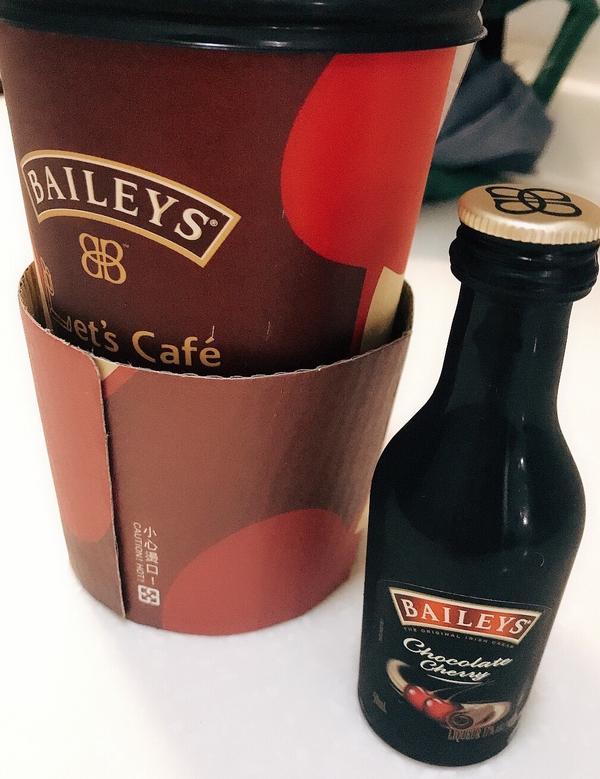 櫻桃巧克力奶酒真的很厲害的口感~貝禮詩只有在全家販售ㄧ小杯~~殘念😂