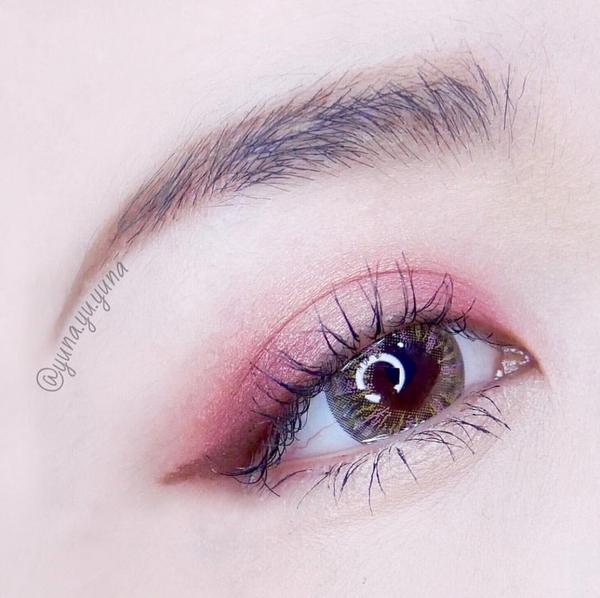 就是覺得這眼影太美想給他自己一格😂  🌹 kate深玫絲絨眼影盒 #RD01 隱形眼鏡: tic