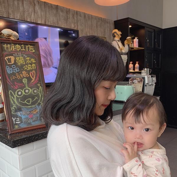 #母愛大噴發  就算當媽媽久了 還是會想嘗試不一樣的感覺😊 做完深層修復保濕護髮 就來個 #韓式捲