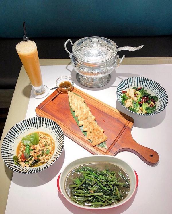 是間老字號泰式餐廳  #打拋雞 平常都是點打拋豬肉 莫名想點雞肉來吃看看😂 香味十足 (但我還是喜