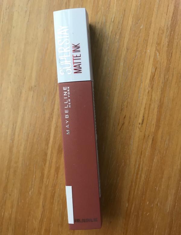 maybelline超持久霧感液態唇膏色號是#65女獵人 這隻真的很持色 一天吃吃喝喝下來顏色還是在