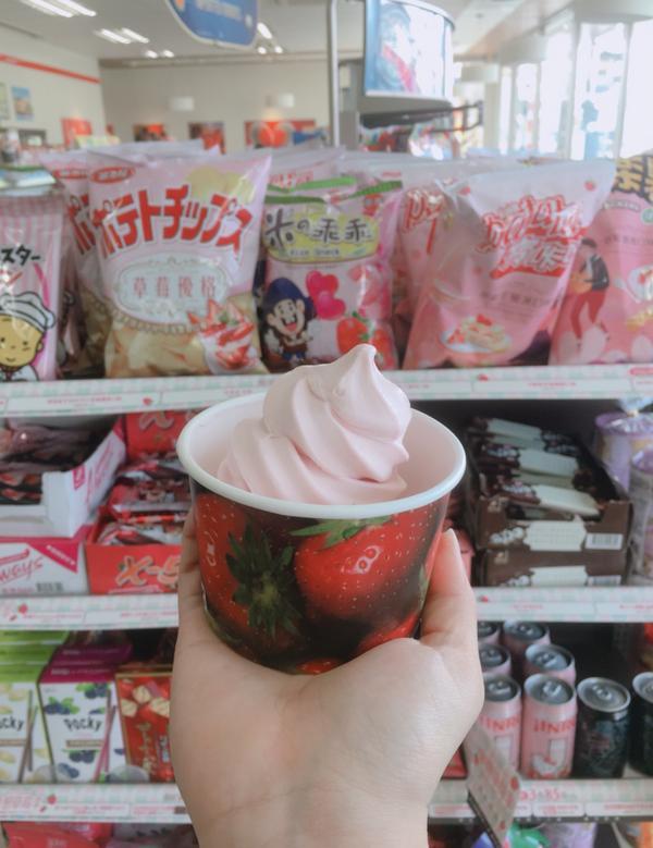 711草莓霜淇淋🍓🍦今日來彰化走走 本來想買#草莓冰茶 711這次的現萃茶草莓冰茶真的好喝👍