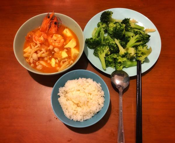 03/19 晚餐鮮蝦泡菜豆腐煲 清炒花椰菜🥦 粒粒皆辛苦米飯🍚