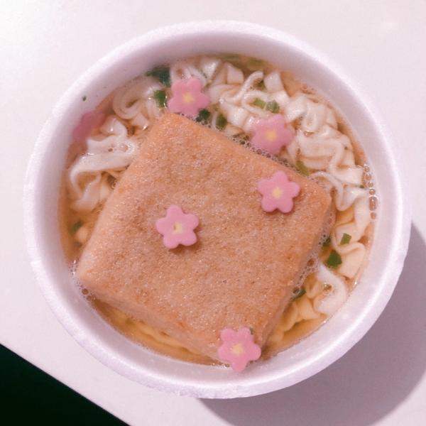 日本🇯🇵豆皮泡麵這個真的超好吃的🥺 現在裡面還有花的魚板🍥 好愛啊🥰