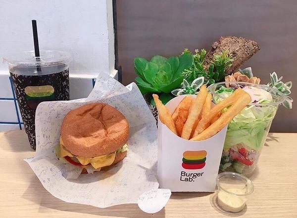 📍台北 Burger Lab.漢堡研究室放假出去閒逛的時候剛好看到之前MENU有存下來 套餐有飲料