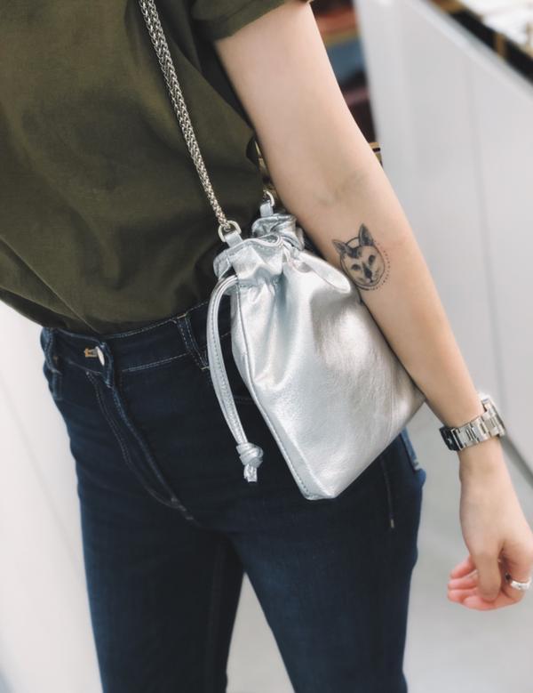 銀色軟軟皮革小包小小的好可愛又很好摸🥰