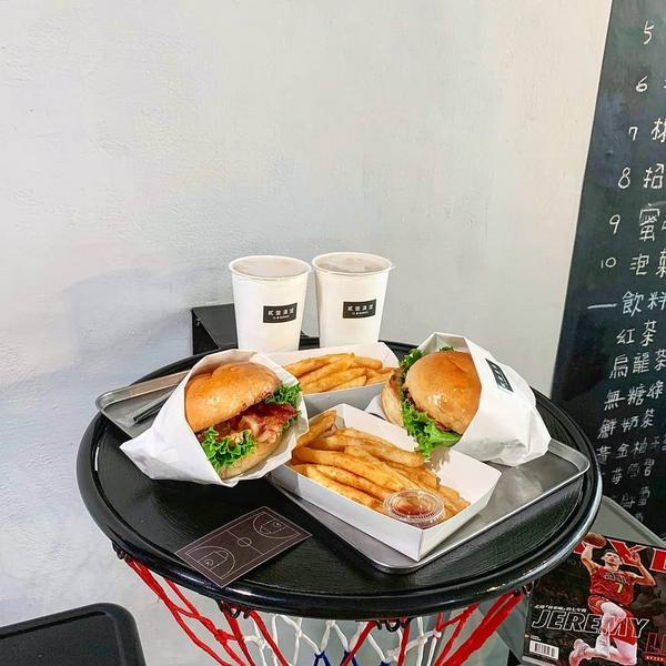 📍21Burger貳壹漢堡 🚇松山站4號出口 - ✔花生起司鬥牛堡(左)$120🌕🌕🌕🌑
