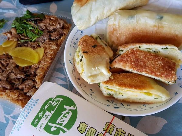 台南同學來讓我笑到肋骨有感覺 #肉粿~春捲~油飯~菜燕~韭菜包~💯 #真的很怕我瘦齁🤗