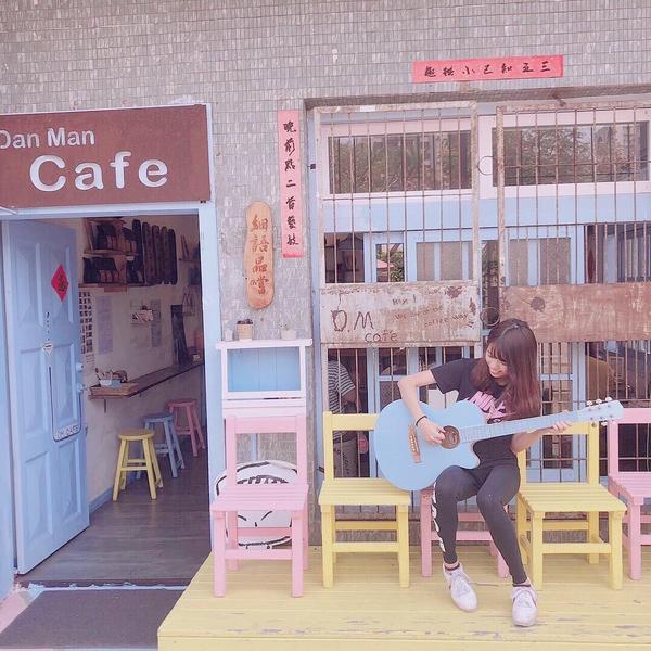 好拍的可愛馬卡龍色系店門口💛每次心情不好 只要彈吉他唱唱歌 心情就會好很多💕 - 喜歡這家的店門