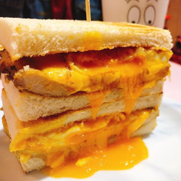 餓店蒸氣吐司新北。三重 📍餓店蒸氣吐司 🥪E套餐(雙倍起司肉蛋)$110 ◾️◽️◾️◽️◾️◽