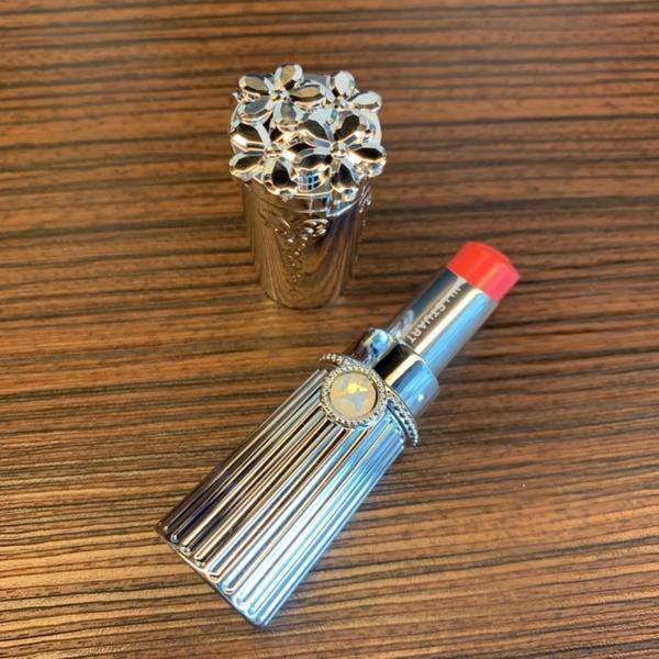 JILL STUART 吉麗絲朵花舞絲絨霧唇膏包裝設計真的好公主風,喜歡他們唇膏蓋上端打開還有一個小