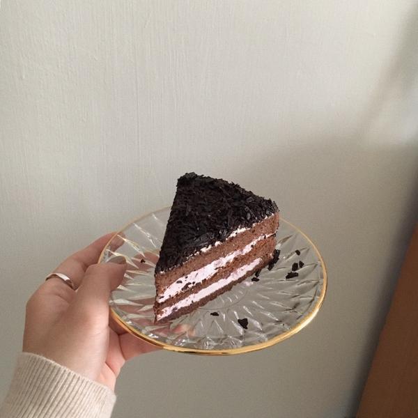 OK超商 黑森林蛋糕🍰愛好鮮奶油應該很喜歡  因為本人偏好苦巧克力 所以對我來說有一丟丟膩 不過因