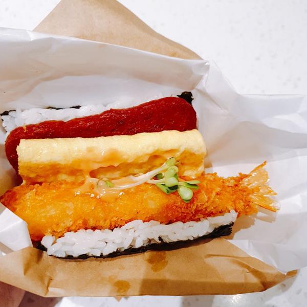 【京站.飯飯堂】沖繩概念大飯糰.無法一口咬下的幸福滋味👍很喜歡米食的我,看到沖繩概念的大飯糰,內心