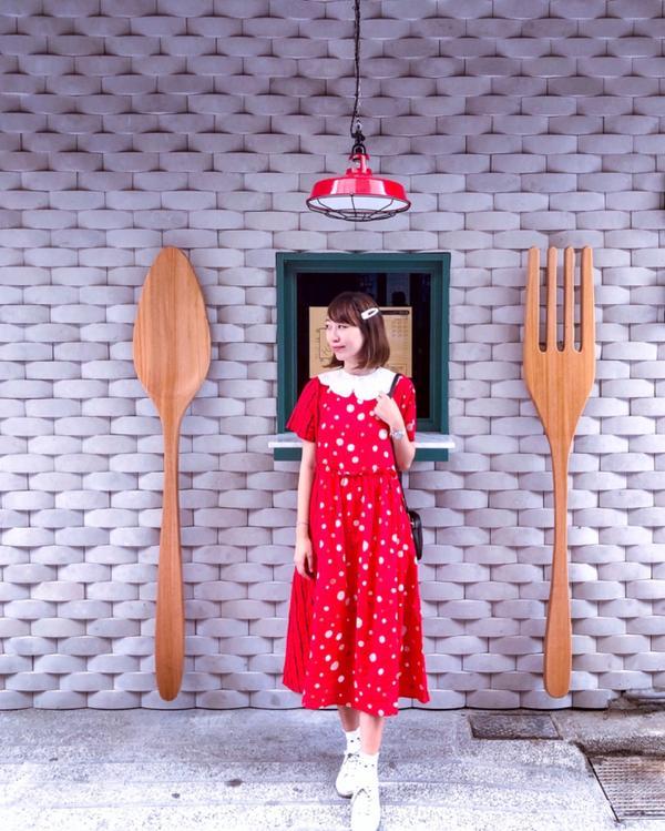 📍KATZ卡司韓拾炸雞-台南西門店嘿嘿嘿! 又被我找到可愛的外牆了 而且又是超大的湯匙和叉子了 最