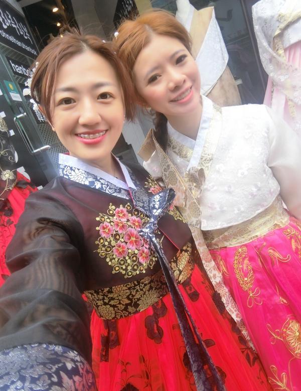 古代vs現代圖一:古代美人😝 圖二:打回原形🤣 #韓服 #景福宮 #koreanclothes