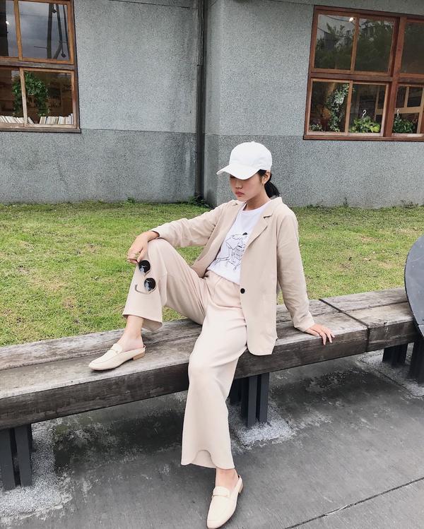 OOTD | I AM RINA!分享穿搭 帽子:NET 杏色西裝外套 白色短T: queensho