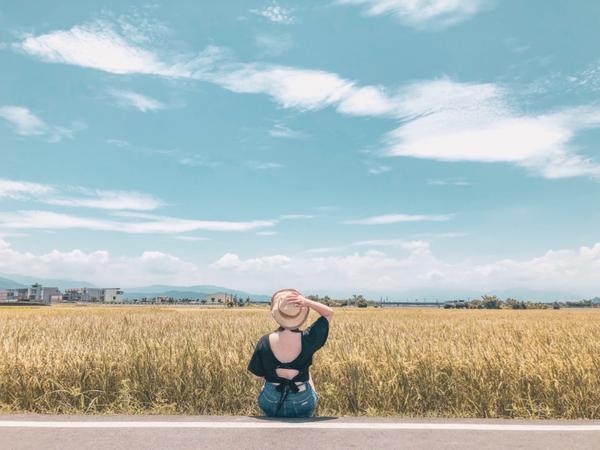 宜蘭|三奇伯朗大道黃澄澄的稻穗🌾 超適合帶麥香來拍照的 雖然沒有熱氣球了,不過還是很療癒 好喜歡宜
