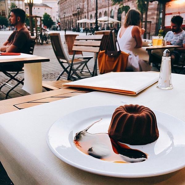 法國🇫🇷鄉村可麗露推薦食用方式:配著路邊帥哥一起吃最好吃❤️