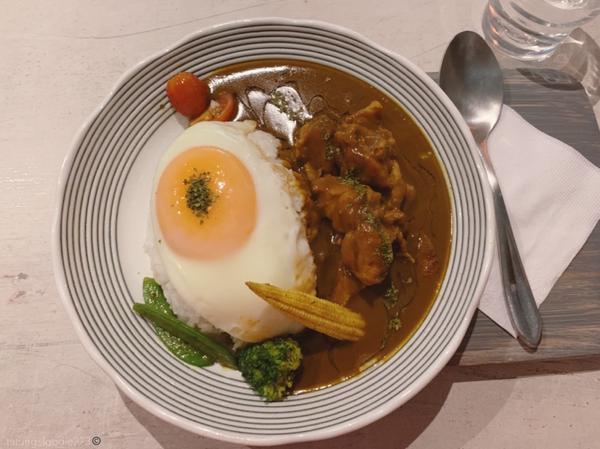 日式復古咖哩🍛🐈咖喱好好吃 老闆人很好 貓咪好可愛(雖然在📺裡 🍮口味特別 酸酸的酒醋吃了一