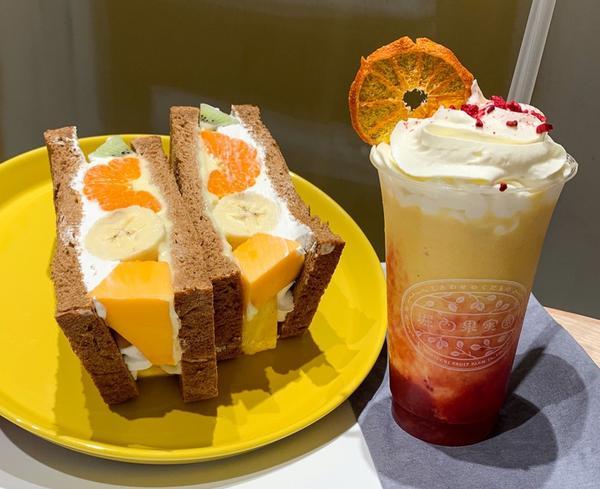 堀內果實園Horiuchi fruit來自奈良吉野的農家, 咖啡廳型態的門市, 讓顧客能夠現場吃到,