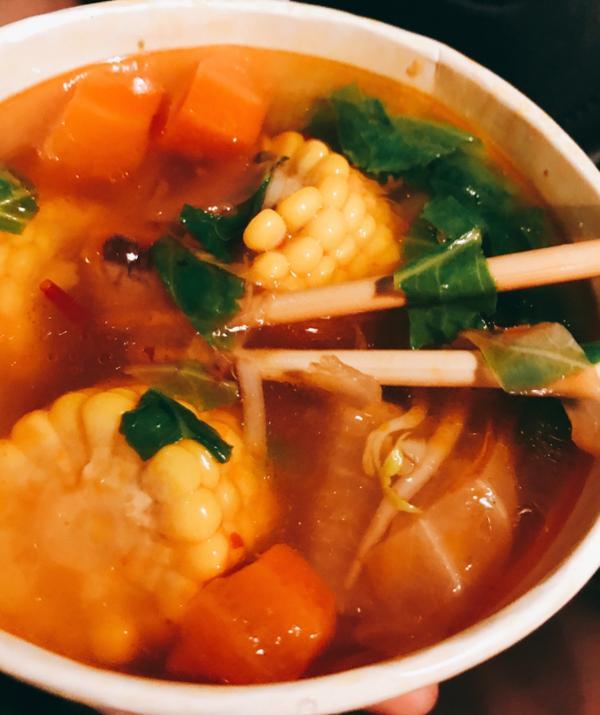 士林中正路🚗深夜🌲食堂來到士林捷運站的蔬客,推薦2家必吃👍中藥臭豆腐,口感像炸過的油豆腐,不會