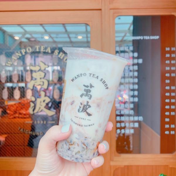 萬波 紅豆粉粿牛乳萬波島嶼紅茶👉🏻 紅豆粉粿牛乳 微糖 好喝耶~  但楊枝甘露,當然還是喝麻古茶